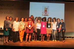 Os participantes do Encontro. No telão, foto da pioneira Mercedes Reis Pequeno, bibliotecária e musicóloga.