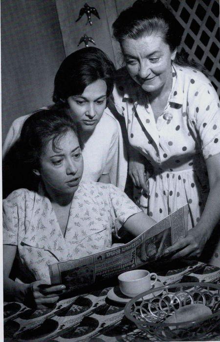 Fernanda Montenegro contracena com Maria Esmeralda e Zilka Salaberry na estreia de O beijo no asfalto, em 1961. (Fonte: Nelson Rodrigues: teatro completo: tragédias cariocas II. Rio de Janeiro: Nova Fronteira, 2007)