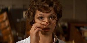 Rachel Weiss interpretando uma bibliotecária no filme A múmia